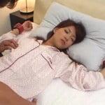 ベッドで寝ている彼女を拘束して身体を責めまくる彼氏