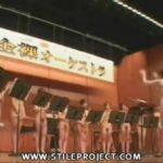 全裸オーケストラで全裸の女性達が癒しの音楽を奏でてます