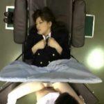 診察台で股を開いてる女子校生にエロ医者がチンコ入れとるがな!