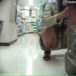 買い物に夢中でパンチラ盗撮に気付かない女の子