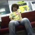 地下鉄の電車内でオナニーし始めるエロ女