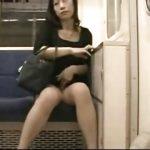 熟女が電車内でパイパンマンコをちょっと露出させていきます