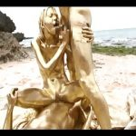 【ウェット&メッシー】金粉まみれの男女が3Pセックス