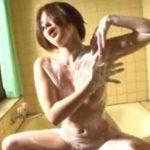 お風呂で公開オナニーしてるパイパン女