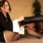 ニーハイロングブーツの美脚美女のエロい足組み