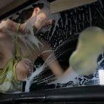 洗車中にガラスに巨乳オッパイがガンガン当たってる