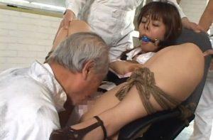 拘束された女が白髪ジジイのクンニに不覚にも感じまくってる