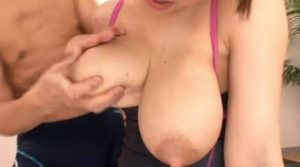 若妻の母乳がたくさん詰まった乳房をモミモミ