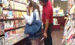 本屋で立ち読み中の女子校生に痴漢が手鏡でパンツ見たりお尻をお触りしてる