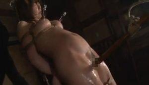 オマンコを固い棒で擦って女を拷問責め