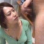 センズリを目の前で見せられて我慢出来なくなった女が手コキやフェラする動画