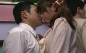 満員のバスで男女の唇が触れ合った途端にセックスが始まる強引な展開がエロい