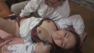 熟女がオマンコをまさぐられ淫乱スイッチがONになる
