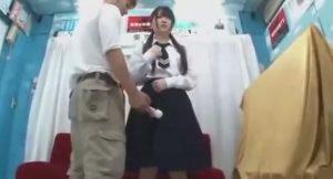 女子校生が痴漢体験を再現され、オマンコ挿入までされるオマケ付き