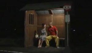 夜のバス停で熟年カップルの熱いセックスが始まった