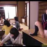 テーブルから突き出たチンコをハメながら遊ぶ女子校生