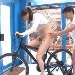 サドルに電マが仕込まれた自転車で人妻がマン汁ダラダラ
