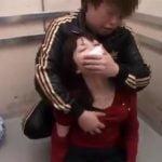 エレベーターで女を気絶させ、そのままレイプ