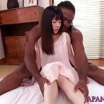黒人男性のデカチンを入れられ悶絶する女