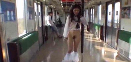露出狂が電車で脱ぐ