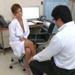 巨乳女医が元気のない患者にパイズリ