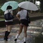 女子校生のパンティーを下ろすイタズラ動画