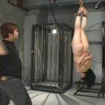 逆さ吊りされてムチでシバかれる全裸のM女