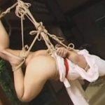 縄で緊縛されて吊るされるMな着物女性
