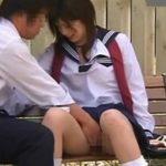 昼間の公園でチンコとオマンコを触りあう高校生カップル