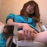 トイレオナニーでオマンコをまさぐる女の子