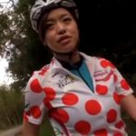 山道をサイクリング中にエロ親父に襲われる女の子