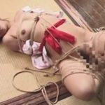 拘束された状態で乳首責めされる熟女