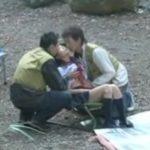 キャンプに乱入した女子校生がそのまま3Pセックス