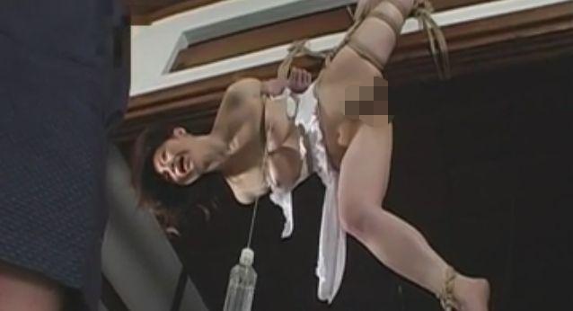 梁に吊るされる女
