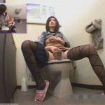 トイレでのオナニーが止められないスケベ女