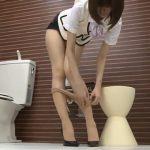 トイレでパンストを履き替える美脚OLにムラムラする