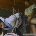 緊縛された女子校生のガラ空きオマンコにチンコ挿入