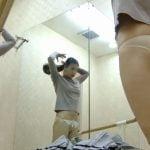 女性が鏡張りのロッカールームで着替える所を覗き見