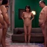 【かすみ果穂】おっさん達の前で全裸になってオナペットしてあげる、オマンコもおっぴろげてるよ