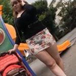 ムチムチボディーで超ミニスカ生足のヤンママがベビーカーでお散歩