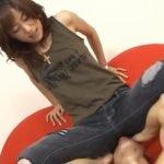ジーンズ履いた女の股間やお尻を愛撫する変態プレイ