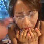 女の子の顔面に容赦なくザーメンぶっかけ