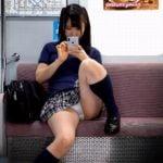 スマホに夢中の女子校生のお股がユルくてパンティーがバッチリ見えてるよ!